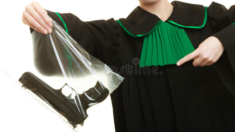 Δικηγόρος γυναικών με τα χαρακτηρισμένα τσάντα στοιχεία πυροβόλων όπλων για το έγκλημα στοκ φωτογραφίες με δικαίωμα ελεύθερης χρήσης