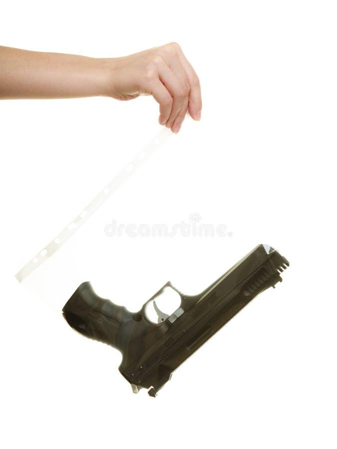Δικηγόρος γυναικών με τα χαρακτηρισμένα τσάντα στοιχεία πυροβόλων όπλων για το έγκλημα στοκ φωτογραφία με δικαίωμα ελεύθερης χρήσης