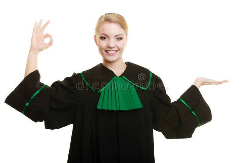 Δικηγόρος γυναικών που παρουσιάζει το εντάξει σημάδι και ανοικτό χέρι στοκ φωτογραφίες