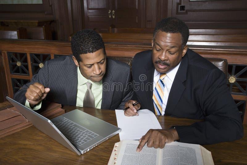 Δικηγόρος με τον επιχειρηματία στο δικαστήριο στοκ εικόνα με δικαίωμα ελεύθερης χρήσης