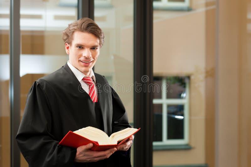 Δικηγόρος με τον κώδικα αστικού δικαίου στοκ εικόνες
