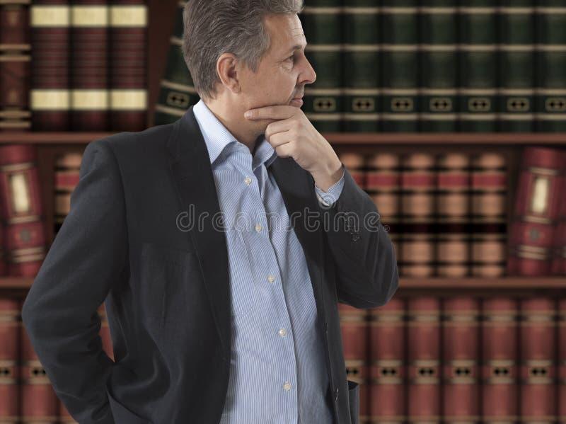 Δικηγόρος μπροστά από τη βιβλιοθήκη στοκ εικόνα