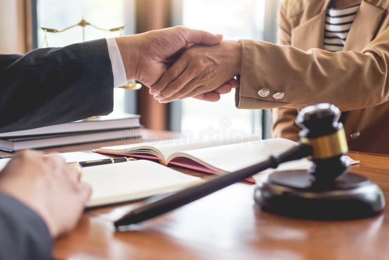 Δικηγόρος στην αρχή Παροχή συμβουλών και παροχή των συμβουλών για τη νομική νομοθεσία στο δικαστήριο για να βοηθήσει τον πελάτη,  στοκ φωτογραφία με δικαίωμα ελεύθερης χρήσης