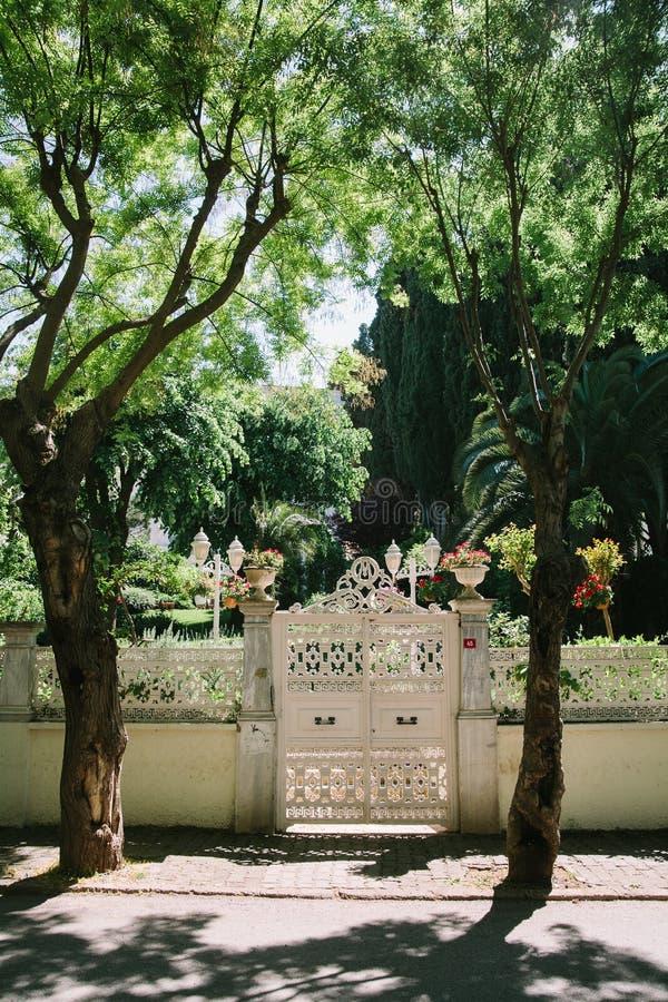 Δικτυωτή άσπρη πύλη στα νησιά των πριγκήπων, Ιστανμπούλ, Τουρκία στοκ φωτογραφίες