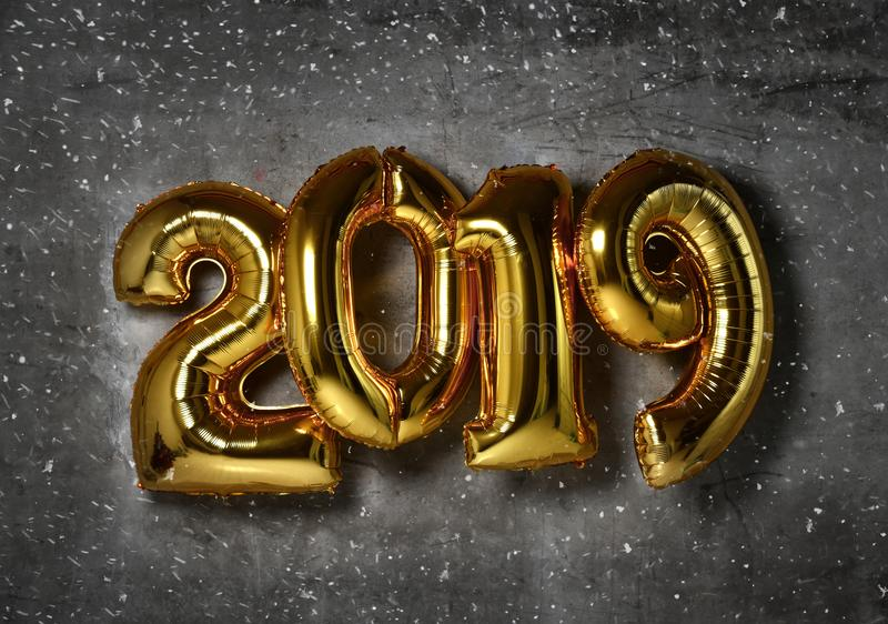 2019 διογκώσιμα χρυσά μπαλόνια αριθμών Χριστουγέννων στο νέο έτος υποβάθρου τοίχων σοφιτών στοκ φωτογραφία με δικαίωμα ελεύθερης χρήσης