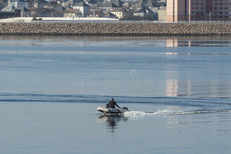 Διογκώσιμη βάρκα Νιού Μπέντφορτ σκυλιών ατόμων στοκ φωτογραφία με δικαίωμα ελεύθερης χρήσης