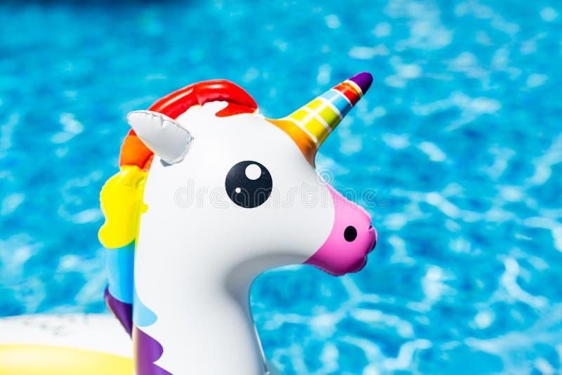 Διογκώσιμος ζωηρόχρωμος λευκός μονόκερος στην πισίνα Θερινός χρόνος στην πισίνα με τα πλαστικά παιχνίδια Θερινές διακοπές, στοκ εικόνες με δικαίωμα ελεύθερης χρήσης