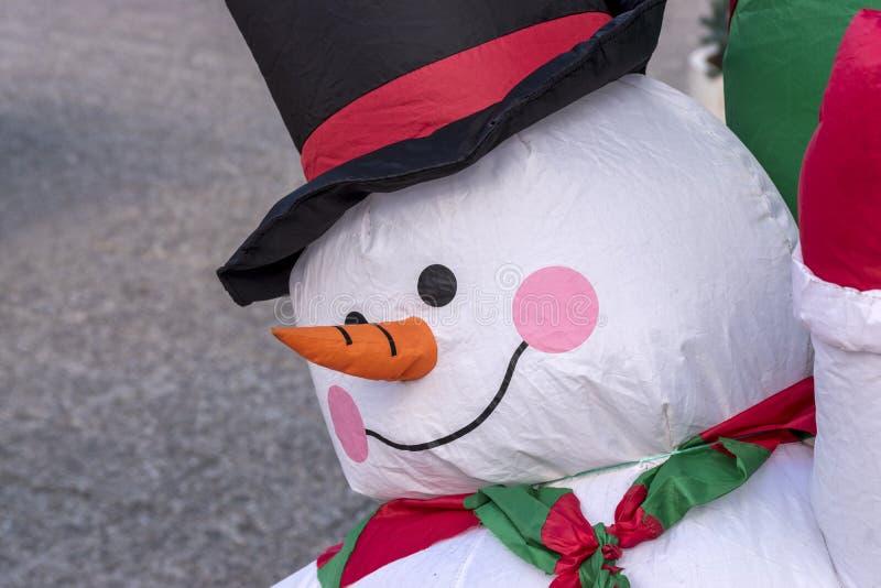 Διογκώσιμος χιονάνθρωπος Χριστουγέννων στην οδό Χριστούγεννα ή νέο υπόβαθρο διακοπών έτους στοκ εικόνα