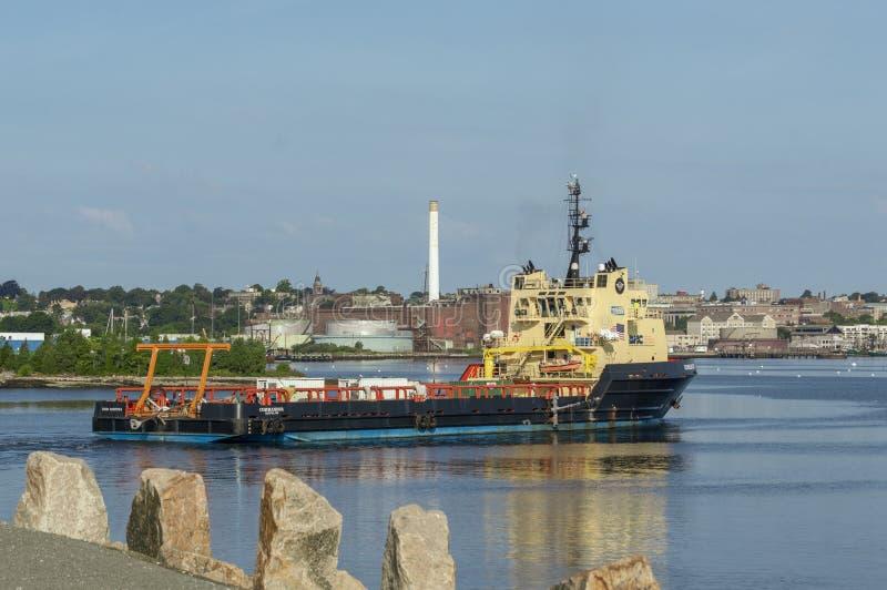 Διοικητής σκαφών ανεφοδιασμού που διασχίζει το εσωτερικό λιμάνι του Νιού Μπέντφορτ στοκ εικόνες με δικαίωμα ελεύθερης χρήσης