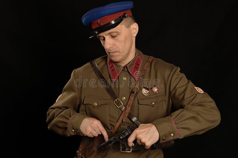 Διοικητής συνταγματάρχη με ένα πυροβόλο όπλο στοκ εικόνες