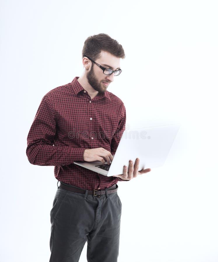 Διοικητής συστημάτων με ένα lap-top στο άσπρο κλίμα στοκ φωτογραφία με δικαίωμα ελεύθερης χρήσης