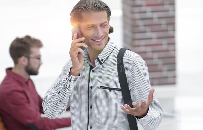 Διοικητής συστημάτων που μιλά στο τηλέφωνο στοκ φωτογραφία