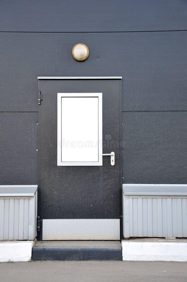 Διοικητικές μέριμνες αποθηκών εμπορευμάτων σύνθετες μπροστινή πόρτα μετάλλων με ένα φανάρι στοκ εικόνα