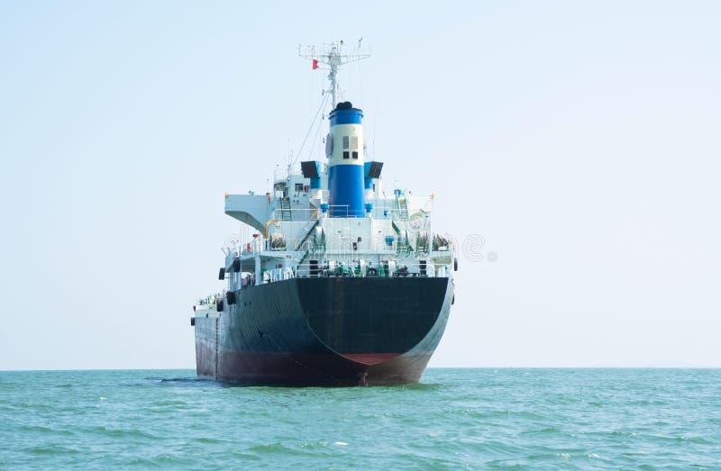 Διοικητικές μέριμνες και μεταφορά, διεθνές φορτηγό πλοίο εμπορευματοκιβωτίων στη θάλασσα, επιχείρηση εισαγωγής-εξαγωγής, φορτηγό  στοκ εικόνες