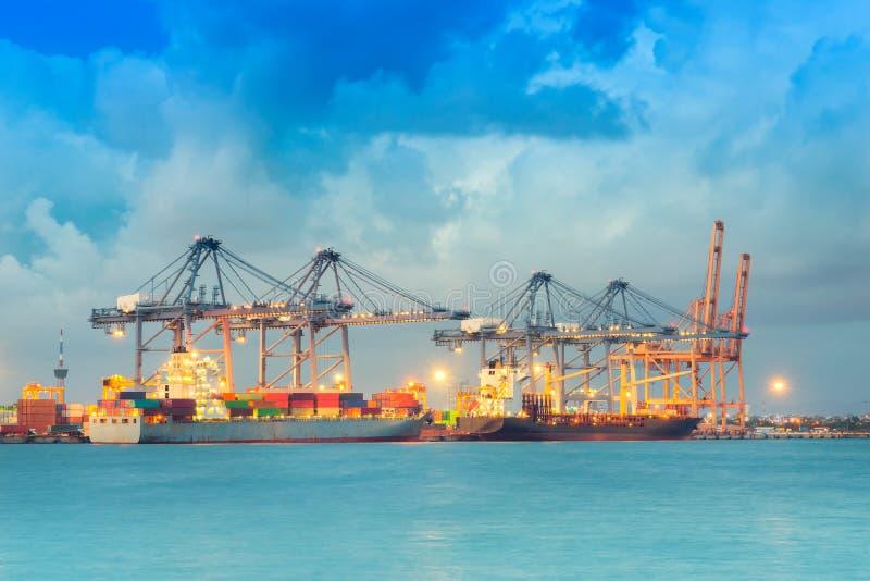 Διοικητικές μέριμνες και μεταφορά του διεθνούς φορτηγού πλοίου εμπορευματοκιβωτίων στοκ φωτογραφία