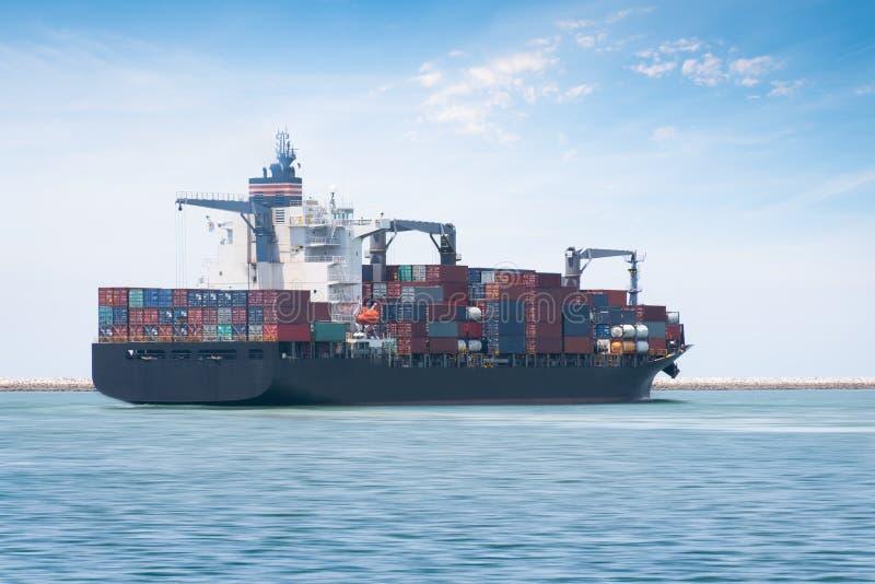 Διοικητικές μέριμνες και μεταφορά του διεθνούς φορτηγού πλοίου εμπορευματοκιβωτίων στοκ εικόνες με δικαίωμα ελεύθερης χρήσης