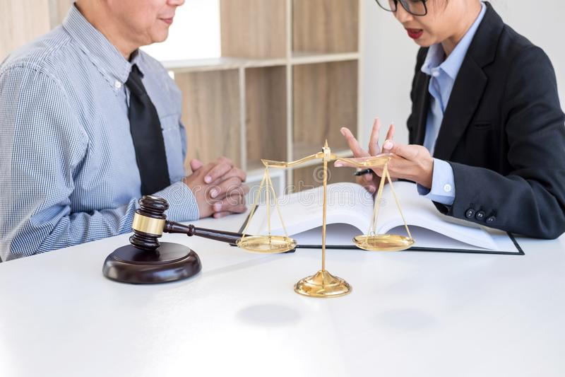 Διοργάνωση της συνεδρίασης με την ομάδα στην εταιρία νόμου, διαβουλεύσεις μεταξύ ενός FEM στοκ εικόνες με δικαίωμα ελεύθερης χρήσης