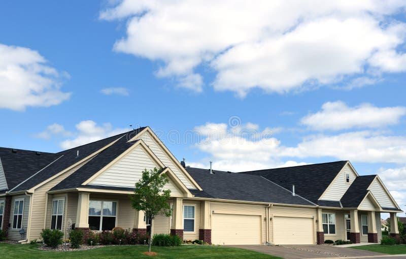 διπλά σπίτια προαστιακά στοκ εικόνα με δικαίωμα ελεύθερης χρήσης