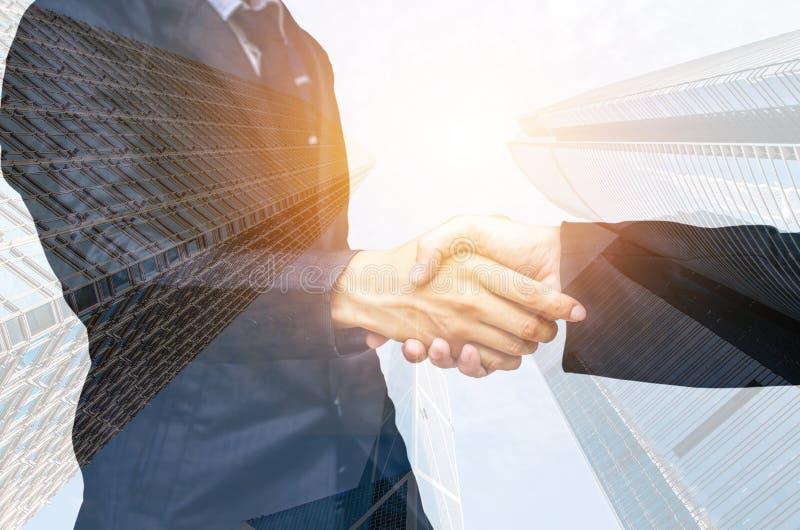 Διπλή έκθεση δύο επιχειρηματιών που τινάζουν τα χέρια στοκ εικόνα με δικαίωμα ελεύθερης χρήσης