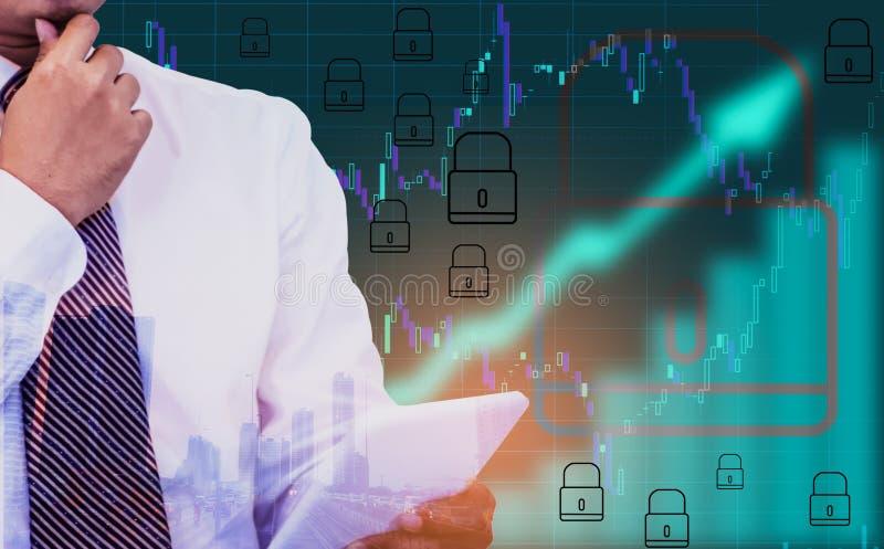 Διπλή έκθεση - επιχειρηματίας που κρατά μια ταμπλέτα διαθέσιμη, το υπόβαθρο ένα σύμβολο βελών και το διάγραμμα αποθεμάτων, με το  στοκ φωτογραφία με δικαίωμα ελεύθερης χρήσης