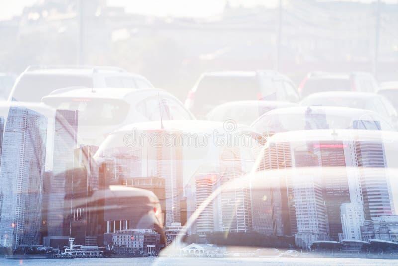 Διπλή έκθεση ζωής πόλεων, κυκλοφοριακή συμφόρηση, αυτοκίνητα στο δρόμο στοκ εικόνες