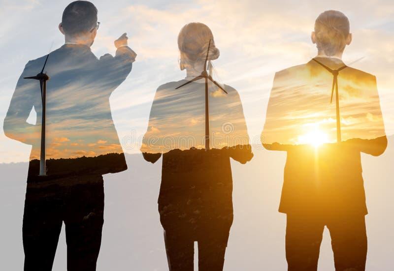 Διπλή έκθεση με τους επιχειρηματίες και τους ανεμοστροβίλους στοκ εικόνες