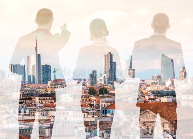 Διπλή έκθεση με τους επιχειρηματίες και τη σύγχρονη εικονική παράσταση πόλης στοκ φωτογραφία