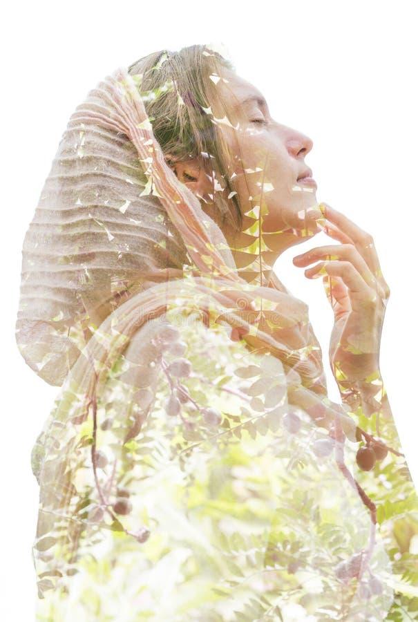 Διπλή έκθεση μιας σκεπτικής νέας θηλυκής φυσικής φθοράς ομορφιάς στοκ φωτογραφία με δικαίωμα ελεύθερης χρήσης