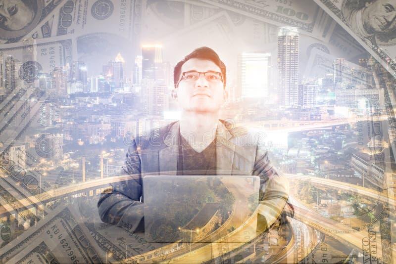 Διπλή έκθεση της επιχείρησης που λειτουργεί με τα χρήματα και τη εικονική παράσταση πόλης στοκ φωτογραφίες