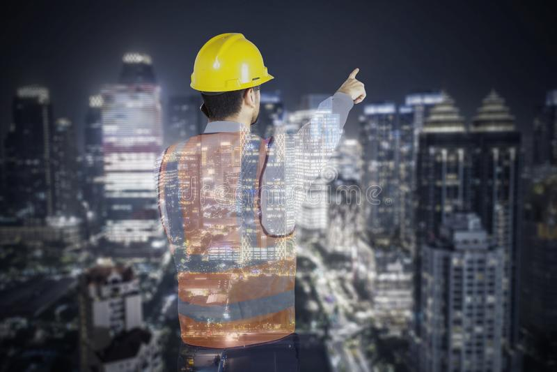 Διπλή έκθεση του αρσενικού μηχανικού με τον ουρανοξύστη διανυσματική απεικόνιση