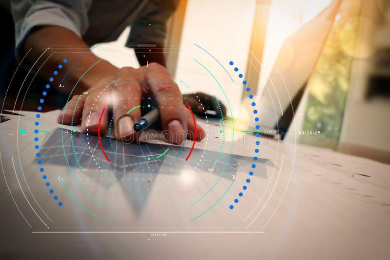 Διπλή έκθεση του χεριού επιχειρηματιών που λειτουργεί με το νέο σύγχρονο comp στοκ φωτογραφία