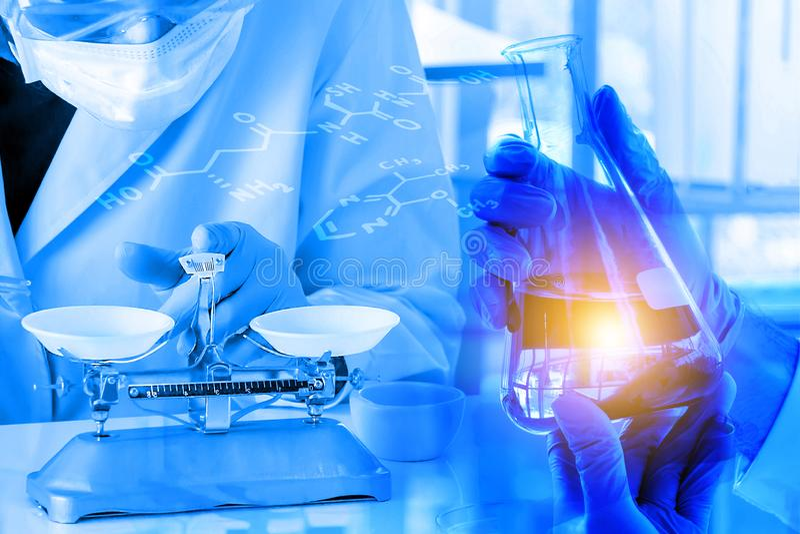 Διπλή έκθεση, φιάλη λαβής χεριών στο εργαστήριο με το χημικό τύπο στοκ φωτογραφία με δικαίωμα ελεύθερης χρήσης