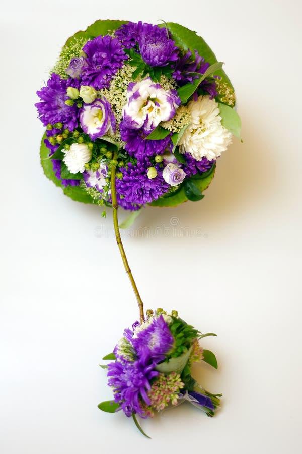Διπλή ανθοδέσμη με λουλούδι του υπεριώδους χρώματος