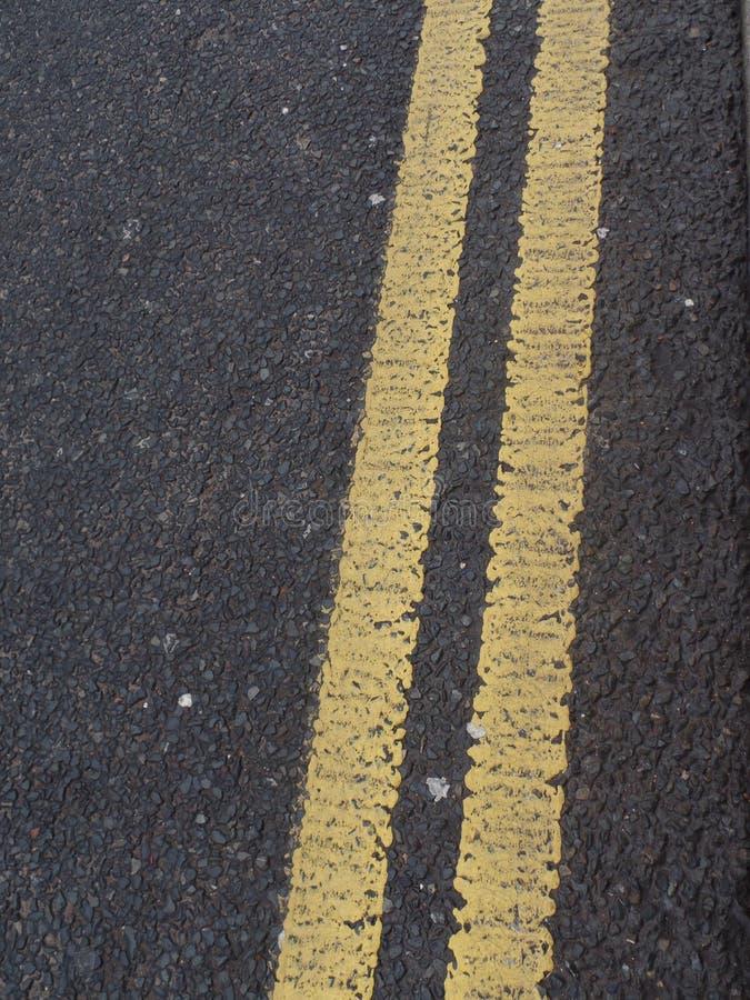Διπλή κίτρινη γραμμή σε μια οδό στοκ φωτογραφία