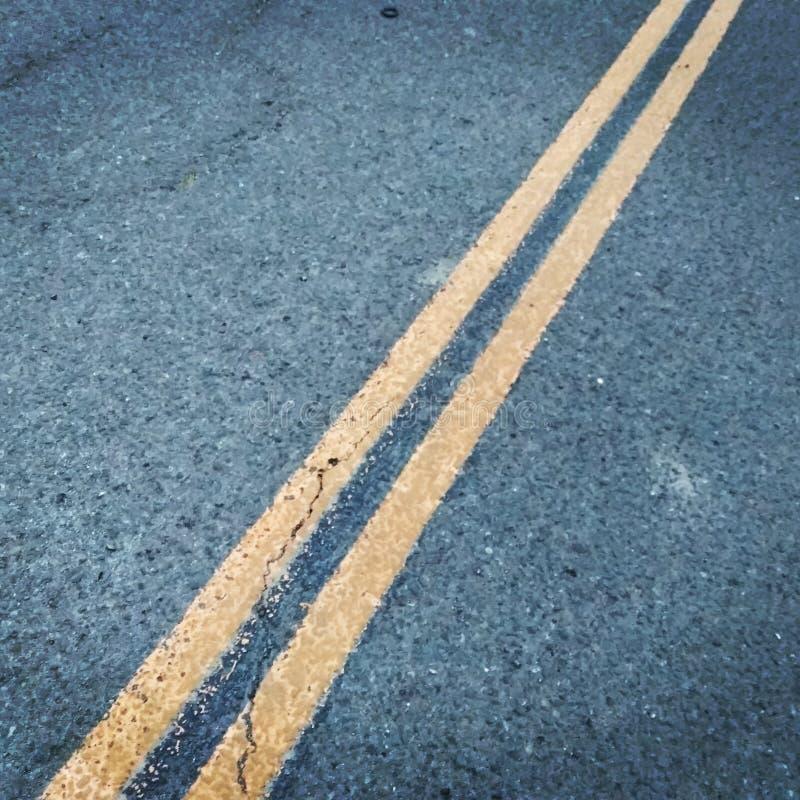 Διπλή κίτρινη γραμμή στοκ φωτογραφία με δικαίωμα ελεύθερης χρήσης
