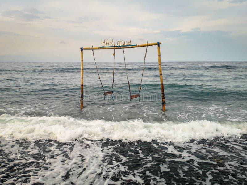 Διπλή ταλάντευση στον ωκεανό στην παραλία στο χωριό Amed στο Μπαλί Ινδονησία στοκ εικόνες
