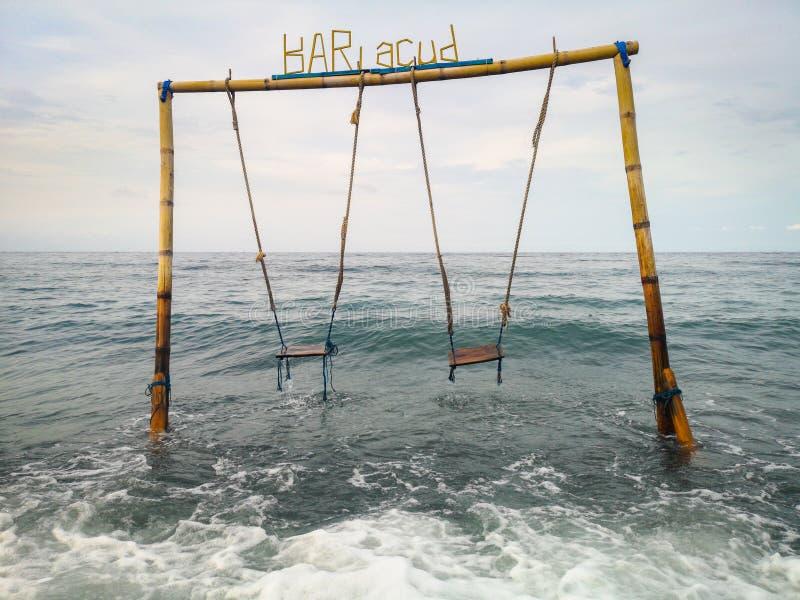 Διπλή ταλάντευση στον ωκεανό στην παραλία στο χωριό Amed στο Μπαλί Ινδονησία στοκ φωτογραφία