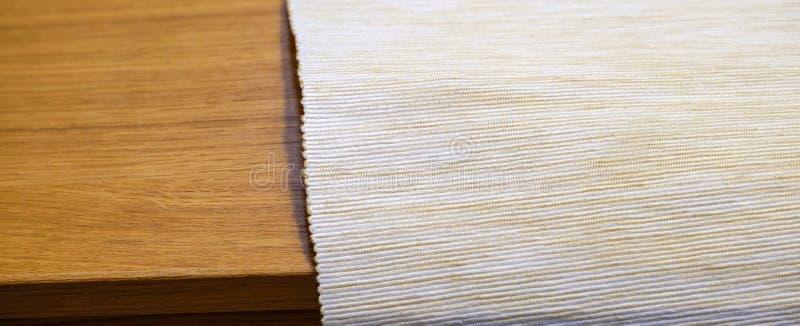 Διπλωμένη γκρίζα πετσέτα βαμβακιού που απομονώνεται στην άσπρη τοπ άποψη υποβάθρου στοκ εικόνες
