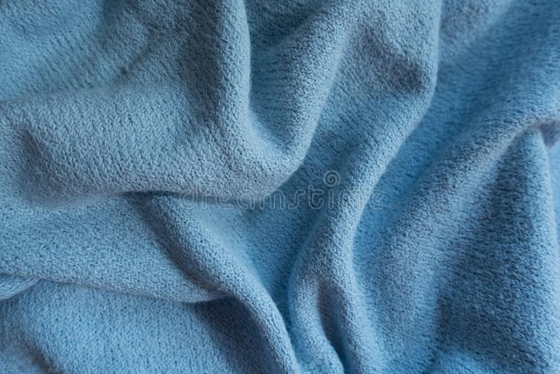Διπλωμένο μπλε ύφασμα ουρανού χωρίς τυπωμένες ύλες στοκ φωτογραφία
