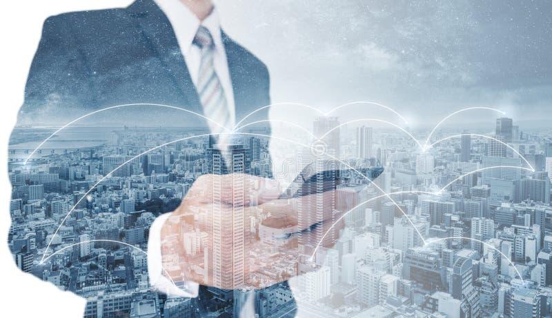 Διπλός επιχειρηματίας έκθεσης που χρησιμοποιούν το κινητό έξυπνο τηλέφωνο, και τεχνολογία σύνδεσης δικτύων στην πόλη Επιχειρησιακ ελεύθερη απεικόνιση δικαιώματος