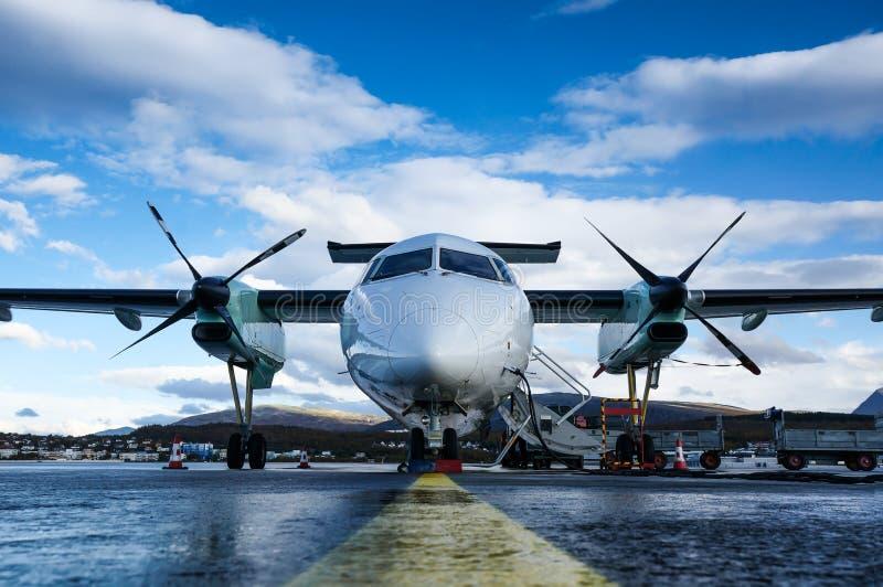 Διπλό επιβατικό αεροπλάνο με στροβιλοκινητήρες από το font στο αεροδρόμιο Alta της Alta, Norwary στοκ φωτογραφίες