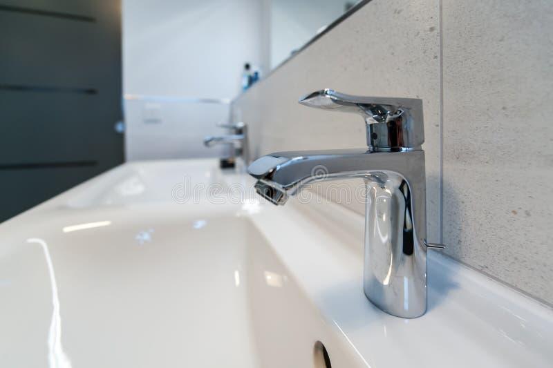 Διπλό κεραμικό washbasin στο λουτρό στοκ εικόνες με δικαίωμα ελεύθερης χρήσης