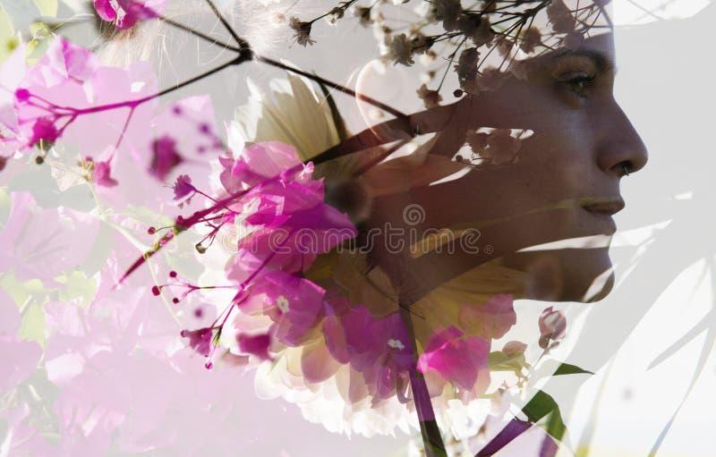 Διπλό πορτρέτο έκθεσης ενός νέου προκλητικού κοριτσιού με το άψογο δέρμα στοκ φωτογραφία