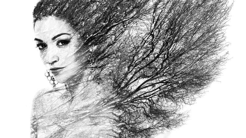 Διπλό πορτρέτο έκθεσης της ελκυστικής γυναίκας που συνδυάζεται με τη φωτογραφία στοκ εικόνα