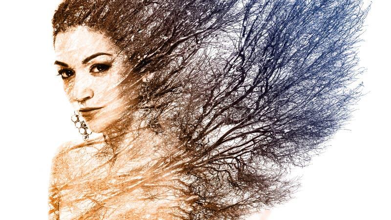Διπλό πορτρέτο έκθεσης της ελκυστικής γυναίκας που συνδυάζεται με τη φωτογραφία στοκ εικόνες