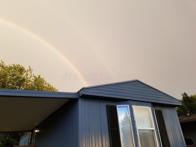 Διπλό ρυμουλκό ουράνιων τόξων στοκ φωτογραφίες