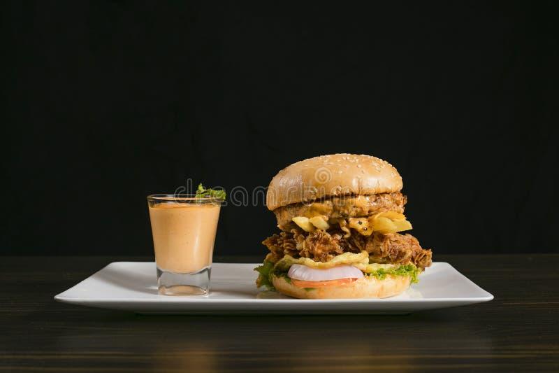 Διπλό Burger κοτόπουλου της Patty τριζάτο, με τη σάλτσα στοκ φωτογραφίες με δικαίωμα ελεύθερης χρήσης