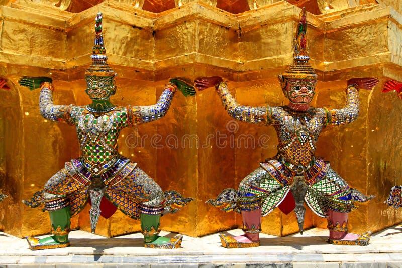 Διπλά γιγαντιαία αγάλματα ramayana που η χρυσή παγόδα στοκ εικόνα με δικαίωμα ελεύθερης χρήσης