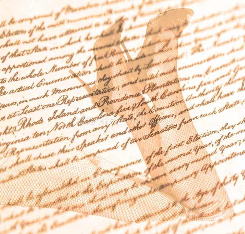 Διπλά θηλυκά πόδια έκθεσης και υψηλά τακούνια με το παλαιό υπόβαθρο γραψίματος επιστολών αγάπης στοκ φωτογραφία με δικαίωμα ελεύθερης χρήσης