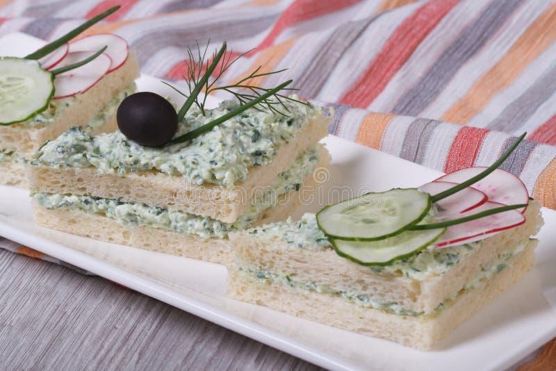 Διπλά σάντουιτς στρώματος με το μαλακό τυρί, αγγούρια, ραδίκια στοκ εικόνες με δικαίωμα ελεύθερης χρήσης